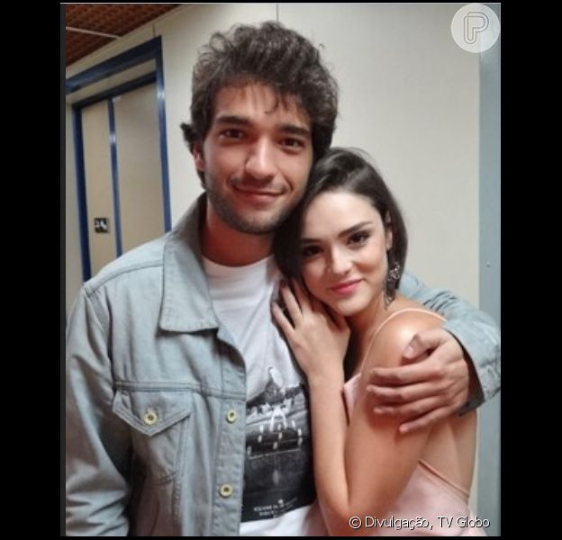 Giane (Isabelle Drummond) e Fabinho (Humberto Carrão) contam para os pais que estão namorando, em 'Sangue Bom', em 8 de outubro de 2013
