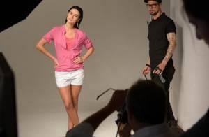 Thaila Ayala posa de shortinho para ensaio fotográfico de marca de roupas