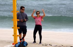 Fernanda Souza enfrenta ventania em treino na praia e ajuda catadora de latinhas