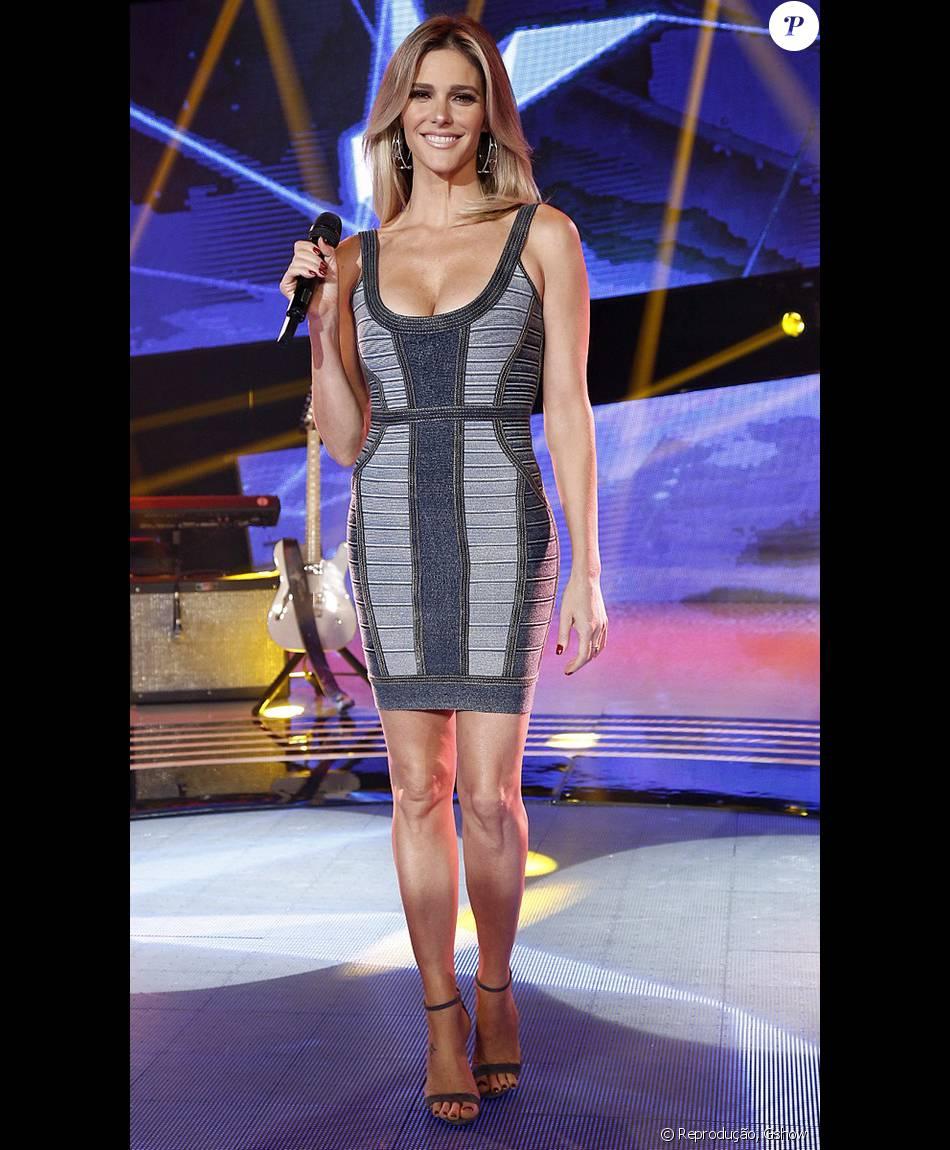1e93385007 Fernanda Lima apostou em um vestido jeans com decote para apresentar o   Superstar  deste