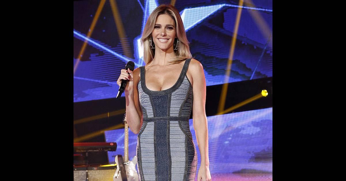 c72753adb8 Fernanda Lima usa vestido jeans decotado no  SuperStar  e ganha elogios    Linda  - Purepeople