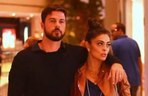 Juliana Paes passeia abraçada ao marido em shopping no Rio e atende a fãs