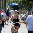 De shortinho, Malu Mader anda de bicicleta na Lagoa Rodrigo de Freitas para manter a boa forma