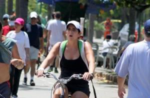 Aos 47 anos, Malu Mader pedala de shortinho no Rio de Janeiro