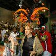 Betty Lago entrou no clima e usou um adereço carnavalesco na cabeça, durante o ensaio na quadra da Grande Rio, na Baixada Fluminense