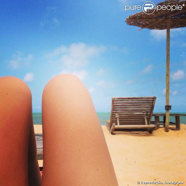 Isis Valverde publicou uma foto em que supostamente estaria curtindo um dia de praia neste domingo. A atriz está vivendo um romance com o ator Cauã Reymond, que separou recentemetne de Grazi Massfera