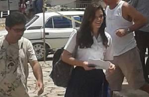 Bruna Marquezine grava cenas de 'Em Família' com uniforme colegial, em Goiás