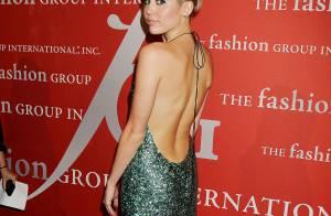 Miley Cyrus rouba a cena com vestido decotado em evento de moda