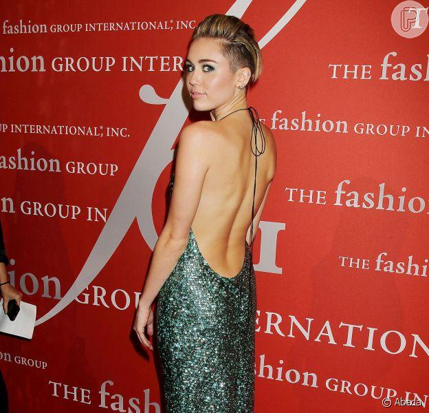 Miley Cyrus arrasa com vestido brilhoso decotado em evento de moda de NY, em 22 de outubro de 2013