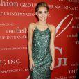 Miley Cyrus usa vestido comportado e chama a atenção em evento de moda de NY, nos Estados Unidos