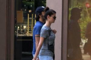 Alinne Moraes exibe barriguinha de grávida em passeio com o namorado, Mauro Lima