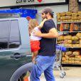 Thiago Lacerda coloca a filha Cora, de 3 anos, no carro após ir ao supermercado
