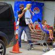 Thiago Lacerda tira o filho Gael de dentro do carrinho de supermercado