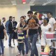 Thiago Lacerda e Vanessa Lóes com os filhos no aeroporto