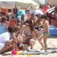 Na praia, Lavínia Vlasak contou com a ajuda de uma babá para cuidar dos filhos