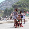 Depois, já na areia, Lavínia Vlasak levou Felipe para andar de bicicleta