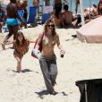 Amora Mautner deu o exemplo e levou todos os copos e garrafas que consumiu na praia até o lixo