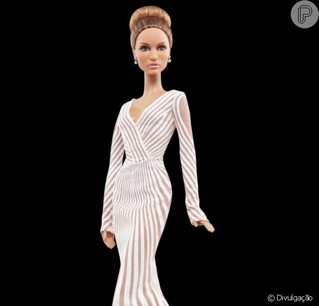 Jennifer Lopez ganhou uma edição especial da boneca Barbie inspirada em sua passagem pelo tapete vermelho do Oscar de 2012