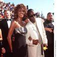 Whitney Houston posando ao lado do ex-marido, Bobby Brown, em registro de 2000