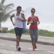 Juliana Didone, de 'Pecado Mortal', corre com o namorado em orla de praia no Rio