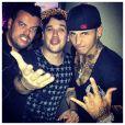 Na imagem, o jovem milionário posa com Rogério Flausino, vocalista do Jota Quest