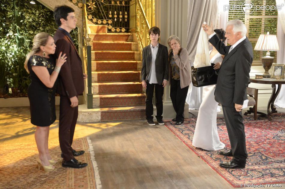 César (Antonio Fagundes) comprova diante de toda a família que foi Félix (Mateus Solano) quem jogou Paulinha (Klara Castanho) no lixo, em 'Amor à Vida', em 18 de novembro de 2013