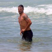 Rodrigo Hilbert curte praia do Leblon com os filhos gêmeos
