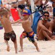 João e Francisco, filhos do casal Rodrigo Hilbert e Fernanda Lima, se divertiram bastante na praia do Leblon, neste domingo, 10 de novembro de 2013