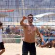 Rodrigo Hilbert aproveitou para jogar vôlei de praia, neste domingo, 10 de novembro de 2013