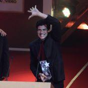 Prêmio Extra: Mateus Solano é ovacionado ao receber troféu de Melhor Ator