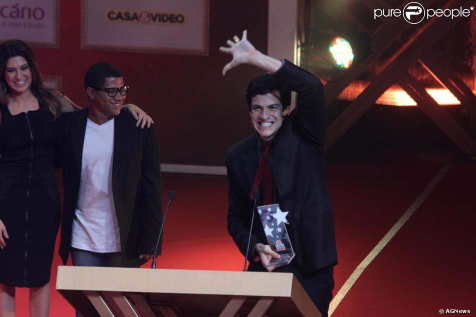 Mateus Solano recebe o Prêmio Extra de Televisão de Melhor Ator, no Rio de Janeiro, nesta terça-feira, 12 de novembro de 2013