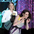 Jodie Foster no MTV Movie Awards 2012, entregando o prêmio a Kristen Stewart. Kristen e Taylor Lautner receberam o prêmio de filme do ano por 'A Saga Crepúsculo: Amanhecer – Parte 1'