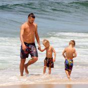 Rodrigo Hilbert se refresca e brinca com os filhos em tarde de sol na praia