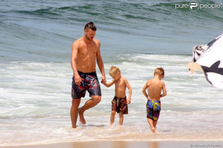 Rodrigo Hilbert é fotografado com os filhos João e Francisco, na praia do Leblon, no Rio de Janeiro, em 13 de novembro de 2013