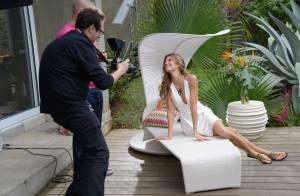 Gisele Bündchen posa de vestido em ensaio de sua nova coleção de sandália