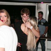 Recém-separado de Babi Rossi, Olin Batista beija loira em boate em Búzios