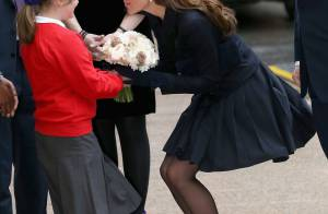 Por causa do vento, Kate Middleton quase mostra demais em evento beneficente