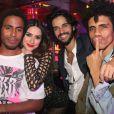 Thaila Ayala posou ao lado de amigos na festa de aniversário de Preta Gil
