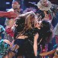 A artista beija uma garota em no palco durante uma performance de 'Ca'nt Be Tamed' no 'Got Talent Grã-Bretanha'