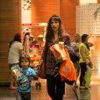 Maria Ribeiro é fotografada em shopping carioca com os filhos JOão e Bento, em 24 de novembro de 2013