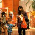 Maria Ribeiro passeia com o filho, Bento, de 3 anos