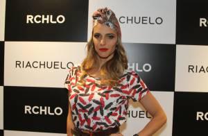 De turbante e batom vermelho, Fernanda Lima aparece com look exótico em evento