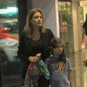 Adriana Esteves janta com os pais e o filho Vicente em shopping, no Rio