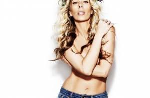 Adriane Galisteu posa de topless e exibe barriga sarada em campanha de jeans