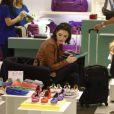 Isabelle Drummond escolhe sapatos em loja do shopping do Rio