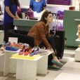 Isabelle Drummond vai às compras sozinha em shopping do Rio