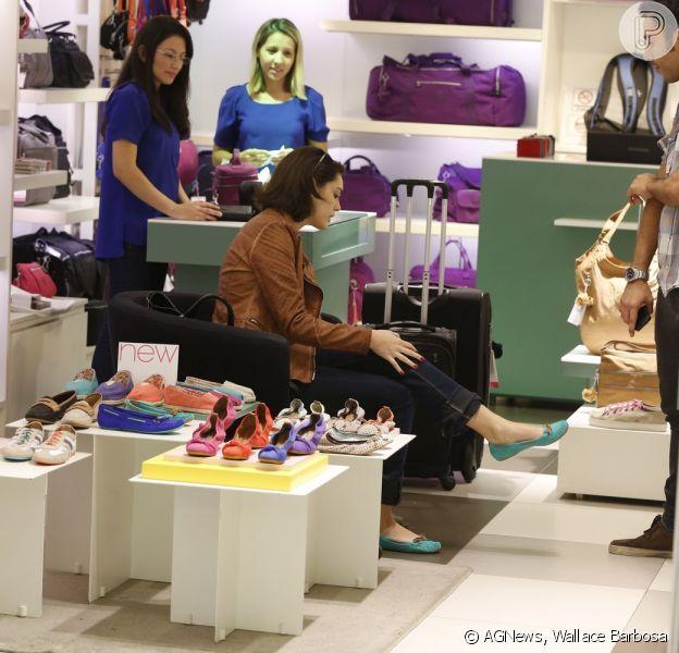 Isabelle Drummond experimenta sapatilhas em loja de shopping do Rio, em 3 de dezembro de 2013