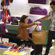 Isabelle Drummond também escolhe bolsas em dia de compras