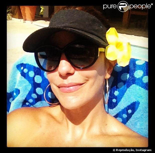 Ivete Sangalo publica foto pegando sol de viseira em sua conta do  Instagram 7d3647c0206