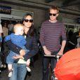 Jennifer Connelly e o marido, Paul Bettany, durante viagem com a pequena Agnes a Paris